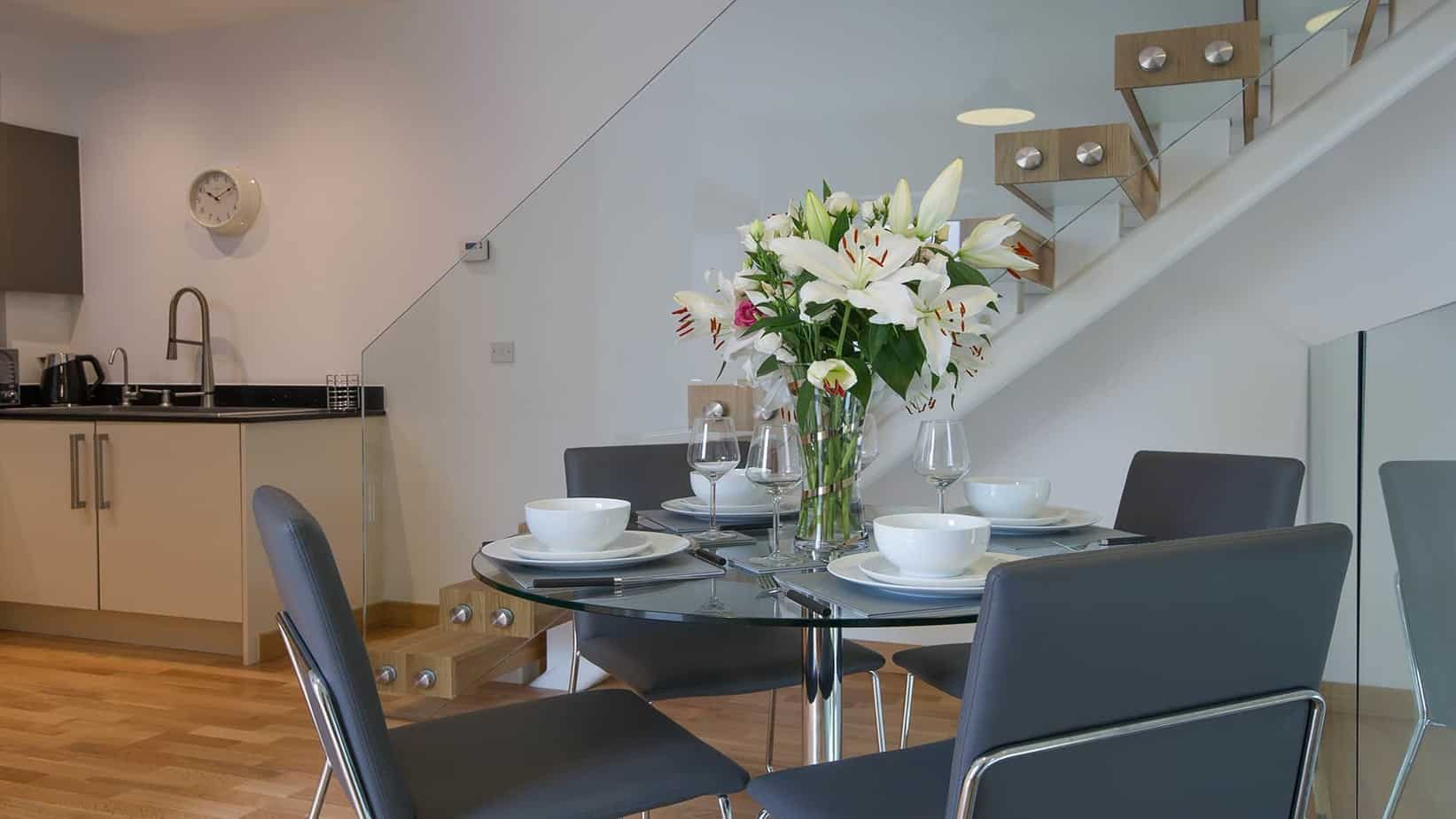 The Executive Town house serviced apartment Cambridge dining area